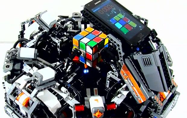 Robô quebra o recode mundial ao resolver o quebra-cabeça do Cubo Mágico (Foto: Reprodução)