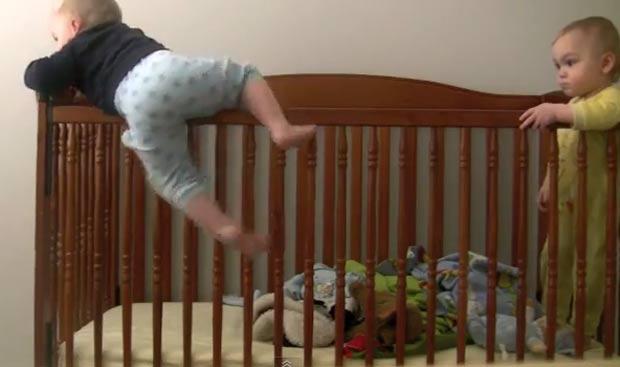 Bebê escala e pula de berço enquanto é observado pelo irmão. (Foto: Reprodução/YouTube)