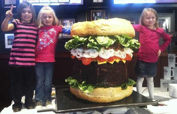 Meninas posam ao lado do hambúrguer 'ridiculamente grande' nesta quinta-feira (20) (Foto: AP Photo/Mallie's Sports Grill, Mike Matkin)