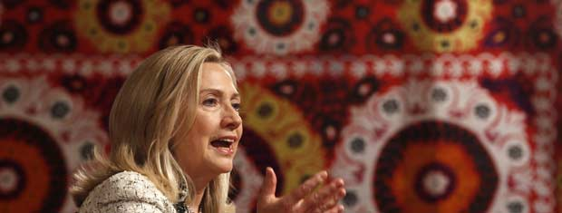 A secretária de Estado dos EUA, Hillary Clinton, durante debate neste sábado (22) em Dusambé, no Tadjiquistão (Foto: AP)
