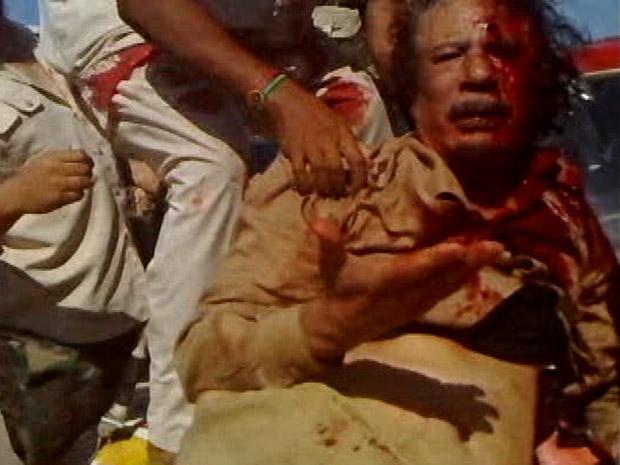 Quadro do vídeo da captura de Kadhafi divulgado neste sábado (22) (Foto: Reuters)