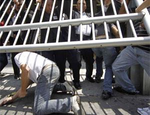 aluno se joga no chão para não perder prova (Foto: Nelson Antoine/FotoArena/AE)