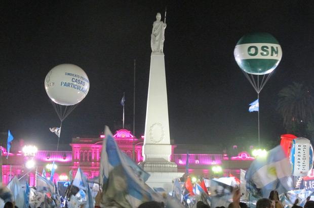 Militantes peronistas comemoram vitória de Cristina Kirchner na Praça de Maio, neste domingo (23) (Foto: Amauri Arrais / G1)