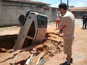 Segundo motorista, buraco não tinha sinalização (Foto: Reprodução/VNews)