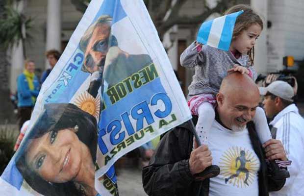 Eleitores de Cristina Kirchner celebram sua provável vitória, neste domingo (23), na Praça de Maio (Foto: AFP)