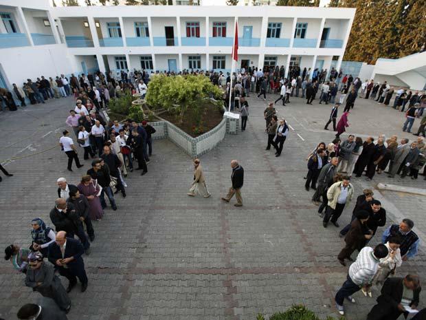 Tunisianos enfrentam longas filas, durana a primeira eleição livre após a 'primavera árabe'. (Foto: Jamal Saidi / Reuters)