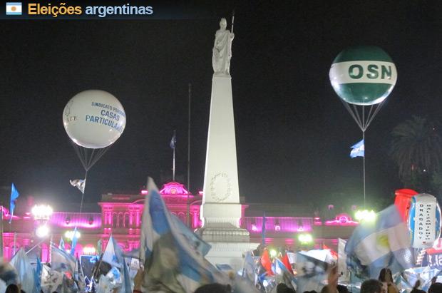 Militantes peronistas comemoram vitória de Cristina Kirchner na Praça de Maio, neste domingo (23)  (Foto: Amauri Arrais/G1)