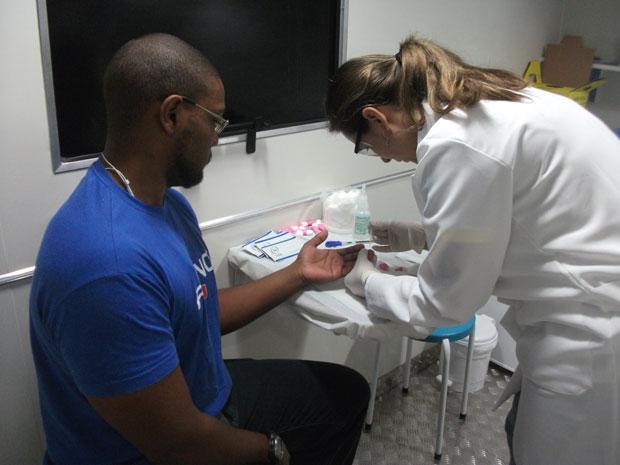 Paciente faz teste de HIV no trailler do programa Quero Fazer, em São Paulo (Foto: Tadeu Meniconi/G1)