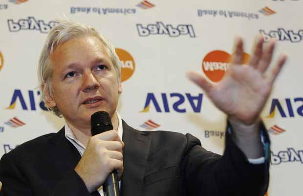 O fundador do WikiLeaks, Julian Assange, dá entrevista nesta segunda-feira (24) em Londres (Foto: Reuters)
