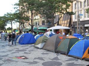 Indignados ocupam com barracas Cinelândia, no Centro do Rio (Foto: Alba Valéria Mendonça/G1)