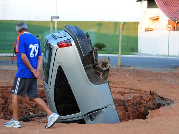 Pintor retirou rodas de carro para evitar prejuízo ainda maior (Foto: LUCAS LACAZ RUIZ/ AE)