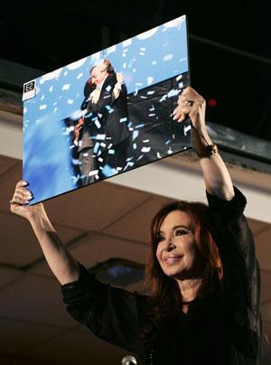 Durante comemoração, Cristina ergue uma foto sua com o marido falecido e ex-presidente, Nestor Kirchner (Foto: Reuters)