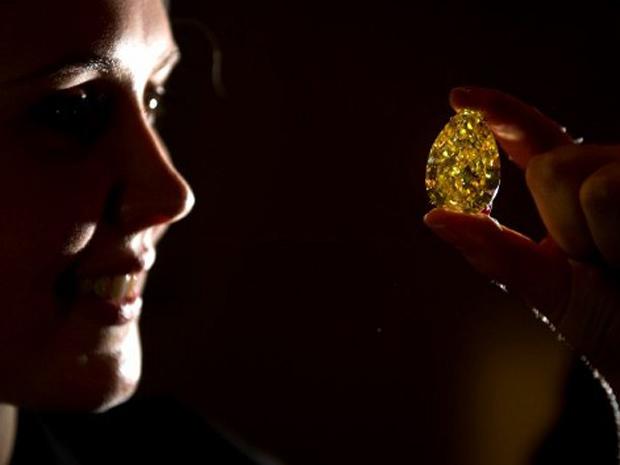 """Pedra, chamada de """"The Sun-Drop Diamond"""", é exibida em Londres por funcionária da casa de leilão Sotheby's  (Foto: AFP)"""