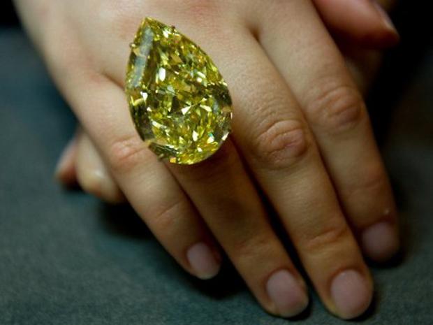 """Anel de diamante é exibido na casa de leilão Sotheby's, em Londres, nesta segunda-feira. O diamante de 110 quilates será leiloado em novembro, no leilão """"Joias magníficas"""", e a expectativa é de que ele seja vendido por até  US$ 15 milhões  (Foto: AFP)"""