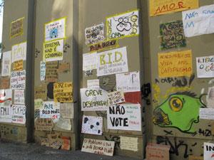 Cartazes dos indignados na Cinelândia, no Centro do Rio (Foto: Alba Valéria Mendonça/G1)