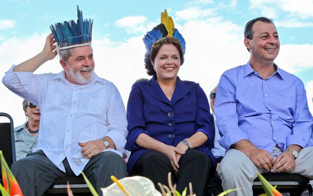 O ex-presidente Luiz Inácio Lula da Silva ao lado da presidente Dilma Rousseff durante cerimônia em Manaus (Foto: Roberto Stuckert Filho / Presidência)