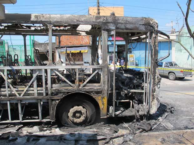 Segundo a Polícia Militar, criminosos entraram nos veículos e mandaram os passageiros descer (Foto: Juliana Cardilli/G1)