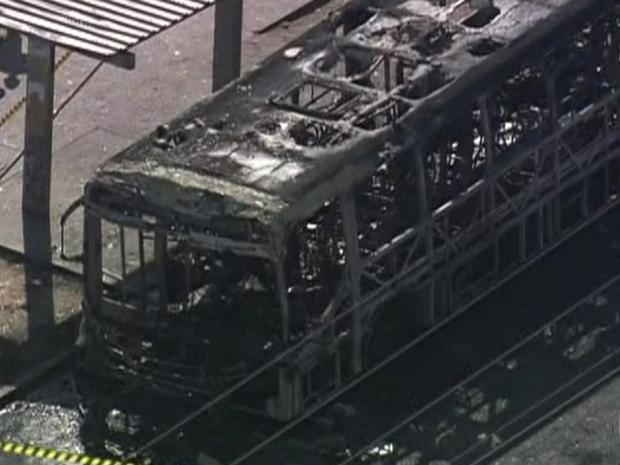ônibus incendiado (Foto: Reprodução/TV Globo)