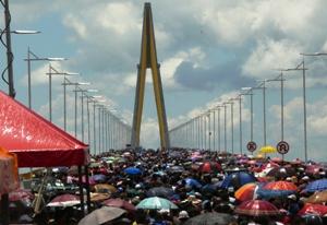 Público caminhou pela ponte, após inauguração (Foto: Carlos Eduardo Matos/G1)