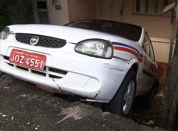 Táxi cai na frente de uma casa em Salvador (Foto: Reprodução/TV Bahia)