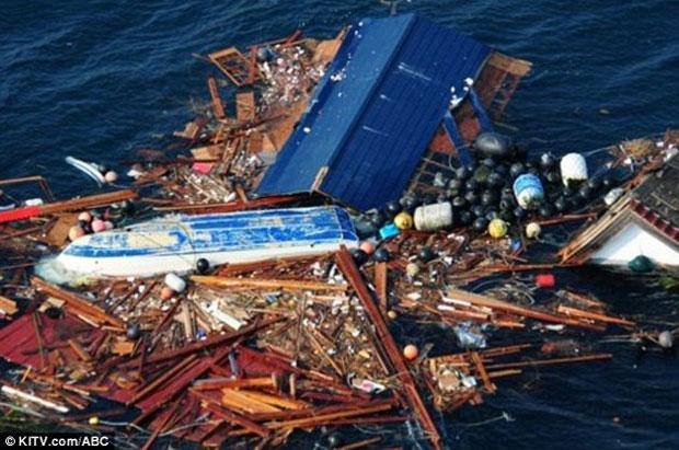 Destroços são vistos boiando no Pacífico (Foto: Reprodução/KITV)