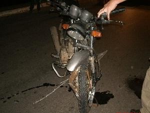 Moto após batida em carro em Goiânia (Foto: Divulgação/ PRF)
