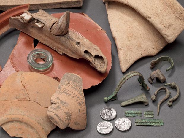 Objetos encontrados no acampamento vão desde o soldo pago aos legionários a vasos para armazenar água (Foto: LWL/S. Brentführer/Divulgação)