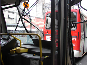 Ônibus tiveram danos após batida (Foto: Raphael Prado/G1)