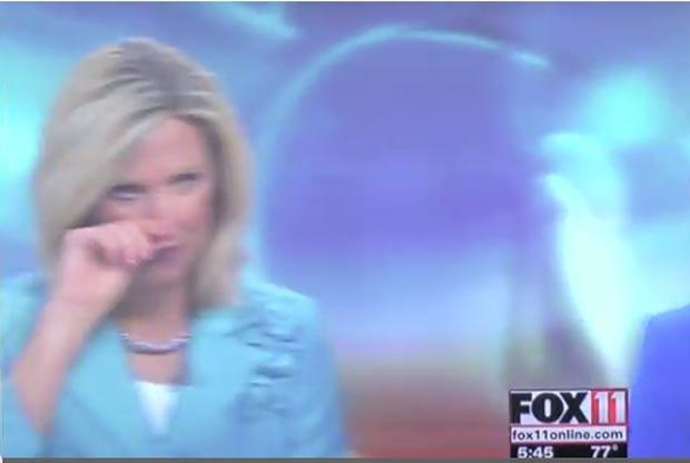 Apresentadora americana Michelle Melby foi flagrada com o dedo no nariz. (Foto: Reprodução/YouTube)