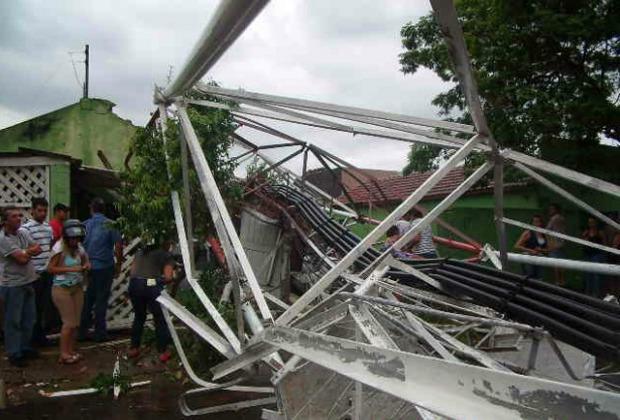 Várias casas também ficaram destruídas em razão da queda da estrutura (Foto: Zanilda Alves da Silva Lionakis)