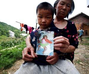 Xiong Chao, criança chinesa que foi devolvida à avó após ser retirada da família por agentes de planejamento familiar do país (Foto: The New York Times)