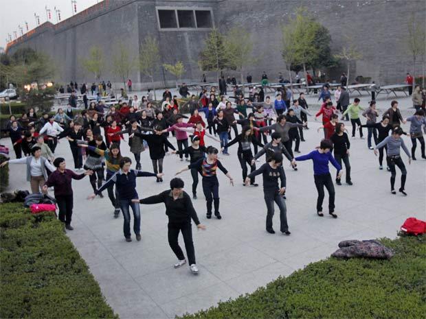 Idosos chineses fazem exercício coletivo em Xi'an (Foto: Guo Tieliu/Unfpa)