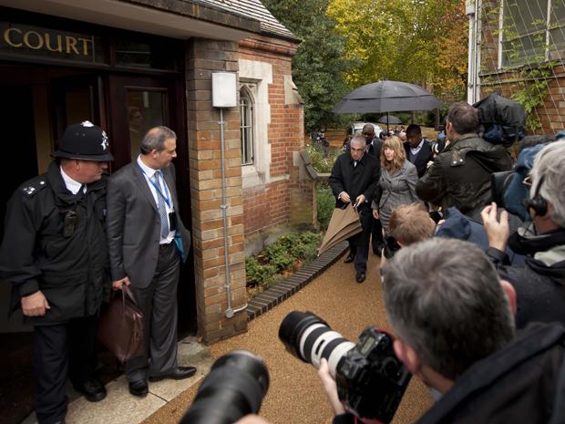 Mitch Winehouse, pai de Amy, e sua companheira Jane chegam em audiência sobre a morte da cantora (Foto: AP/Matt Dunham)