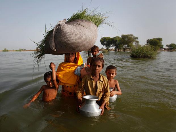Família deslocada por causa de enchente no vilarejo de Bello Patan, no Paquistão. (Foto: Reuters)