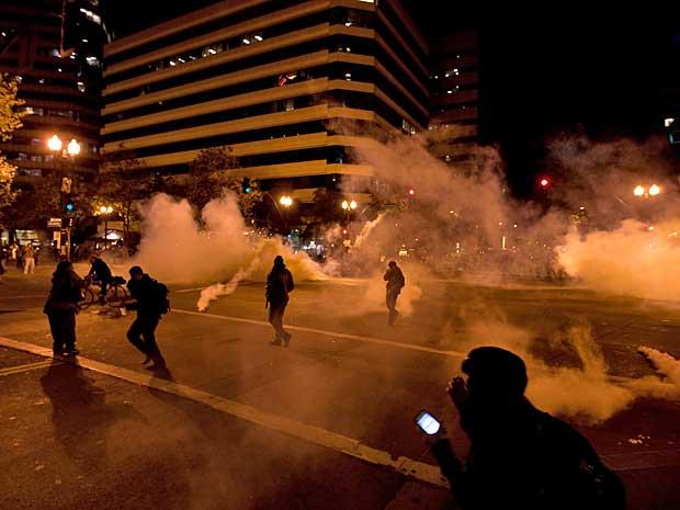 Em Oakland, polícia reagiu aos protestos com bombas de gás. (Foto: Darryl Bush / AP Photo)