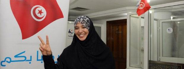 Partidária do Ennahda celebra nesta terça-feira (25), em Túnis, a vitória do partido (Foto: AFP)