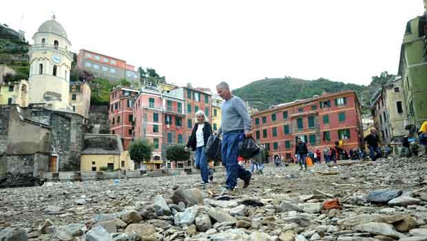 Destroços nas ruas na cidade de Vernazza, na Liguria, nesta quinta-feira (27) (Foto: AP)