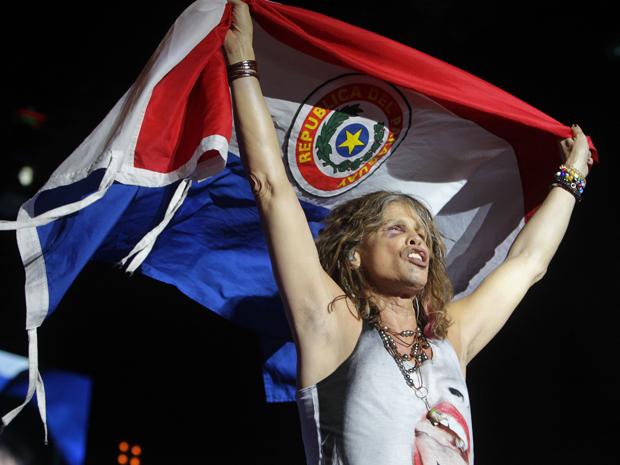 Steven Tyler, do Aerosmith, canta em Assunção, capital do Paraguai, nesta quarta-feira (26) (Foto: Reuters)