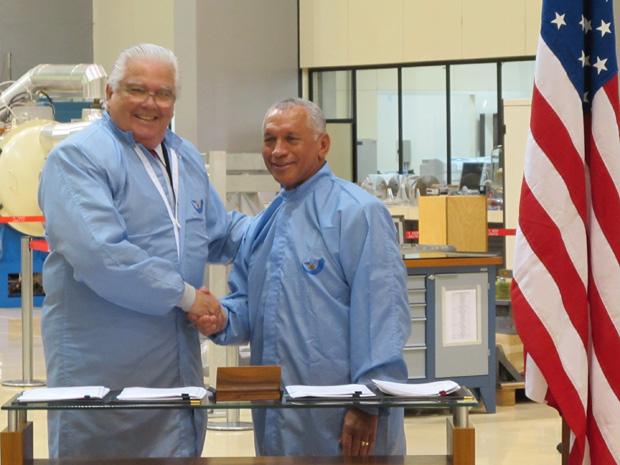 Marco Antonio Raupp (à esquerda) e Charles Bolden, da Nasa, assinam os acordos. (Foto: Mário Barra / G1)