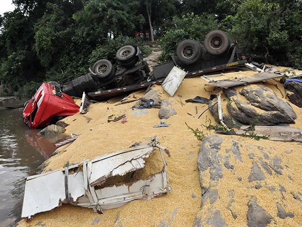Caminhão carregado de droga cai de ponte em Mato Grosso (Foto: Dhiego Maia/G1)