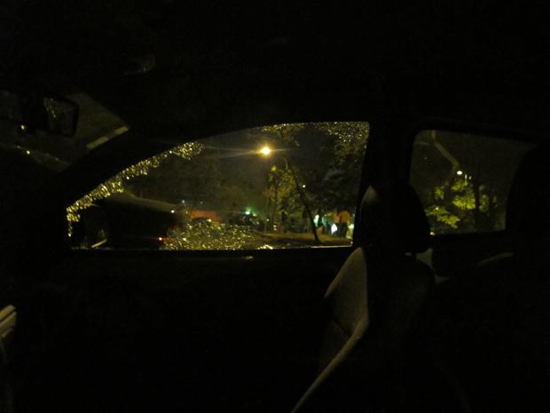 Carro da polícia teve vidro quebrado (Foto: Paulo Toledo Piza/G1)