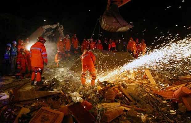 Equipes continuam buscas na cidade turca de Ercis na noite desta quarta-feira (26) (Foto: AFP)