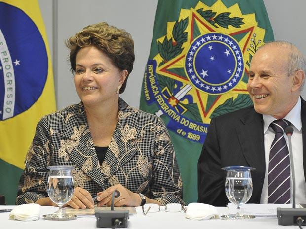A presidente Dilma Rousseff e o ministro da Fazenda, Guido Mantega, durante assinatura do termo de entendimento para ampliação de crédito fiscal dos estados (Foto: Fabio Rodrigues Pozzebom/ABr)