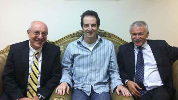 O americano-israelense Ilan Grapel, no centro, ao lado do deputado israelense Israel Hasson (direito) e do advogado Yitzhak Molcho, no Cairo, nesta quarta-feira (26) (Foto: AP)