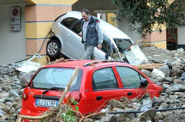 Carros em meio a destroços em Monterosso, na região italiana da Liguria, nesta quinta-feira (27) (Foto: AP)