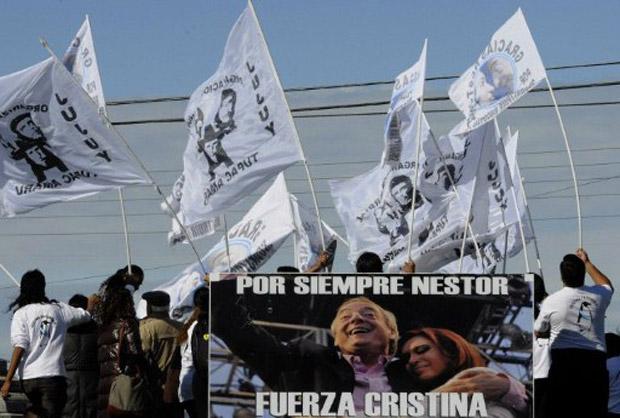 Militantes agitam bandeiras em Río Gallegos, onde foi inaugurado mausoléu em homenagem a Néstor Kirchner um ano após sua morte (Foto: Pablo Munoz / AFP)