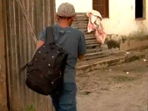 Menino que fugiu em carroceria de caminhão já está com a família na BA (Foto: Reprodução/ TV Santa Cruz)
