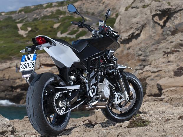 Apesar de mais básica, a Duna 900 tem o mesmo visual do modelo top de linha, mas com a cor preta (Foto: Divulgação)