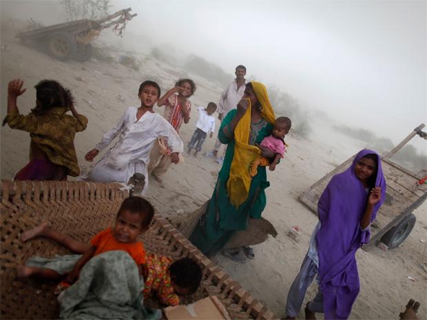 Vítimas de enchente no Paquistão, em setembro deste ano. (Foto: Reuters)