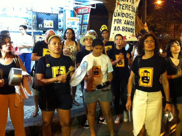 Moradores fizeram um panelaço para pedir o retorno dos bondes (Foto: Tássia Thum/G1)
